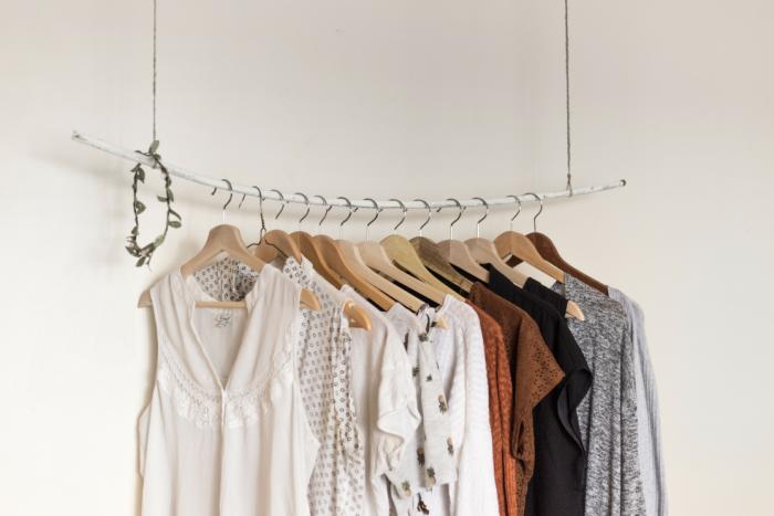 Comment revendre ses chaussures, ses vêtements, ses accessoires sur le web afin d'aller vers le minimalisme de notre garde robe - Mon expérience avec Vinted - Photo par Priscilla Du Preez