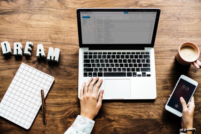 Découvrez tous mes conseils pour trouver la plateforme parfaite pour lancer votre blog d'entreprise ou blog professionnel - Photo par Rawpixel